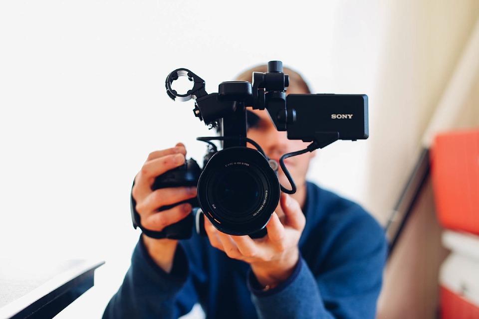 शॉर्ट फिल्मों को देखने वाले लोग बहुत हैं. भले ही शुरुआत में आपको थोड़ा कम पैसा मिलेगा. लेकिन अगर आप अपनी शॉर्ट फिल्म को डेली मोशन, वीडियो ऑन डिमांड जैसी वेबसाइट्स पर अपलोड करेंगे तो अच्छा पैसा कमा सकते हैं. इसके अलावा यूट्यूब पर भी शॉर्ट फिल्मों के जरिए अच्छा पैसा कमाया जा रहा है.