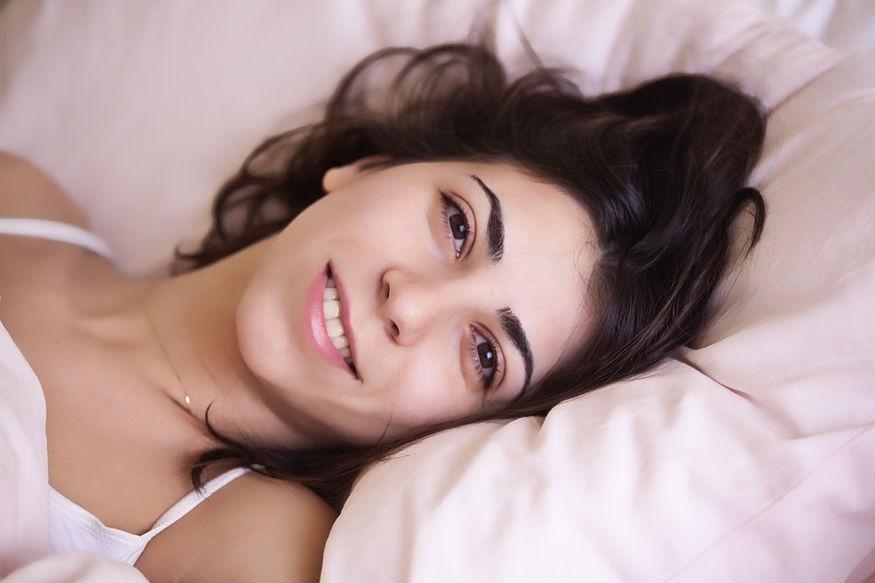 अक्सर लोग खाना खाने के बाद सोना पसंद करते हैं, लेकिन खाने के तुरंत बाद सोना आपकी सेहत बिगाड़ सकता है. खाना ठीक तरह से पचता नहीं है.