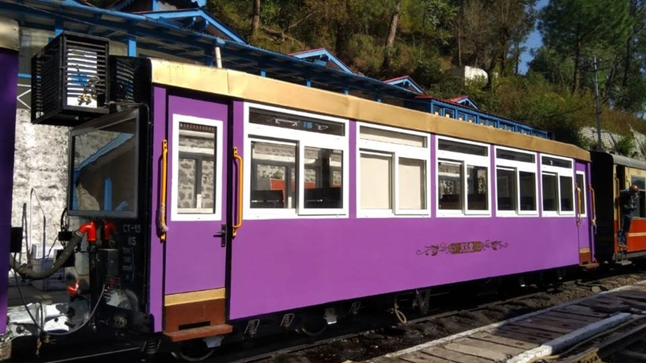 विस्टा डॉम कोच तैयार करने के लिए रेल मंत्री पीयूष गोयल ने अपने हिमाचल के दौरे के दौरान रेलवे को निर्देश दिए थे. कोच को दस लाख की लागत से तैयार किया गया है.