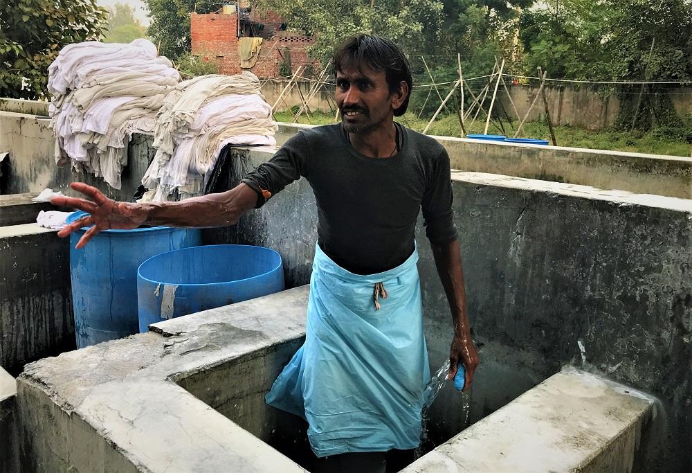 जितेन्द्र भी मौजूद है और धुले हुए कपड़े तह कर रहा है. जितेन्द्र बताता है कि उस घटना के बाद कम से कम पांच दिन तक वे लोग ठीक से खाना नहीं खा पाए, ये सुनकर तिलकराज भी सहमति में सिर हिला देते हैं. उन दोनों और कई अन्य लोगों ने भी उस दिन कई लाशों को उठाया, घायलों को अस्पताल पहुंचाने के लिए एंबुलेंस तक पहुंचाया था.