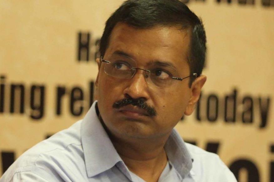 दिल्ली के मुख्यमंत्री अरविंद केजरीवाल पर आज, 20 नवंबर को दिल्ली सचिवालय में चैंबर से बाहर निकलते हुए एक शख्स ने मिर्च पाउडर फेंक दिया. इस दौरान हुई धक्का-मुक्की में उनका चश्मा भी टूट गया. हमलावर की पहचान नारायणा निवासी अनिल शर्मा के रूप में हुई है. सुरक्षाकर्मियों ने अनिल को पकड़ लिया है.