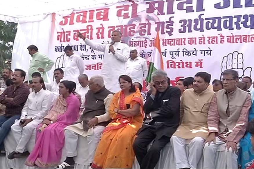 नोटबंदी के दो साल पूरे होने पर शुक्रवार को कांग्रेस की ओर से हल्ला बोल कार्यक्रम आयोजित किया गया. प्रदेशभर में सभी जिला मुख्यालयों पर कांग्रेस की ओर से आयोजित इस हल्ला बोल कार्यक्रम बडी संख्या में कांग्रेस कार्यकर्ता और नेता मौजूद रहे. इस दौरान कांगेस नेताओं ने नोटबंदी को जमकर कोसा और केन्द्र सरकार से जवाब मांगा. फोटो : न्यूज 18 राजस्थान