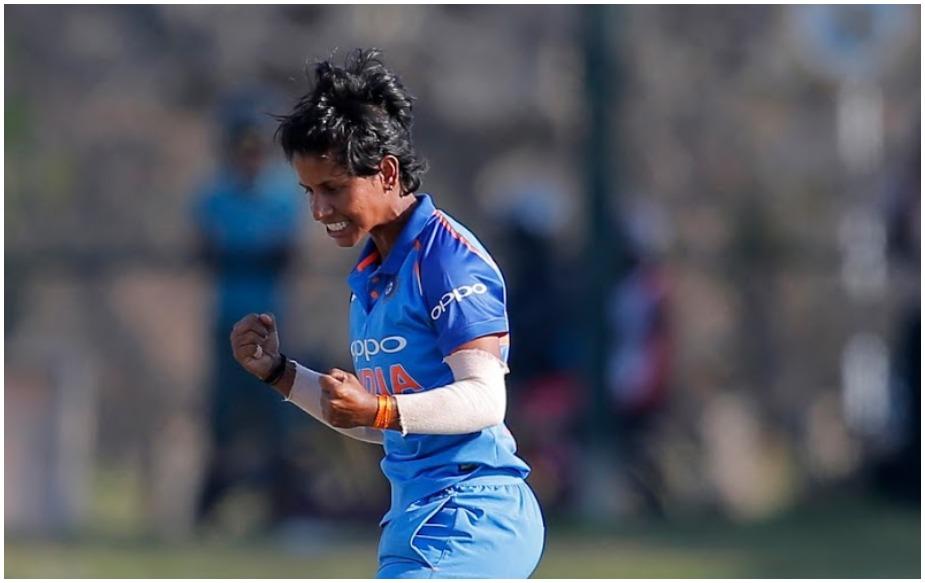 आईसीसी महिला वर्ल्ड टी20 में भारतीय टीम ने न्यूजीलैंड को 34 रन से हराकर शानदार आगाज किया है. इस जीत में कप्तान हरमनप्रीत कौर (103), जेमिमा रॉड्रिगेज (59), हेमलथा (3/26) और पूनम यादव (3/33) का अहम योगदान रहा. जबकि इस दौरान पूनम ने एक ऐसा रिकॉर्ड अपने नाम कर लिया, जिसे हर कोई सलाम कर रहा है.