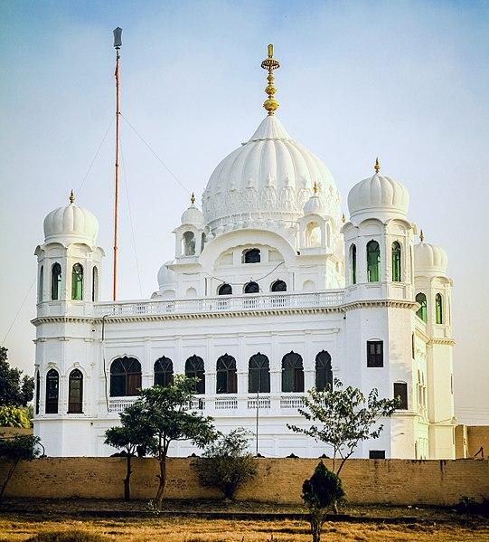 'गुरुद्वारा करतार पुर साहिब' प्रथम गुरु, गुरुनानक देव जी का निवास स्थान था. यह पाकिस्तान के नारोवाल जिले में है, जो पंजाब मे आता है. यह जगह लाहौर से 120 किलोमीटर दूर है. गुरू नानक जी ने अपनी जिंदगी के आखिरी लगभग साढ़े 17 साल यहीं गुजारे थे. उनका सारा परिवार यहीं आकर बस गया था. उनके माता-पिता और उनका देहांत भी यहीं पर हुआ. बाद में उनकी याद में यहां पर एक गुरुद्वारा बनाया गया. इसे ही करतारपुर साहिब के नाम से जाना जाता है. (image: wikipedia)