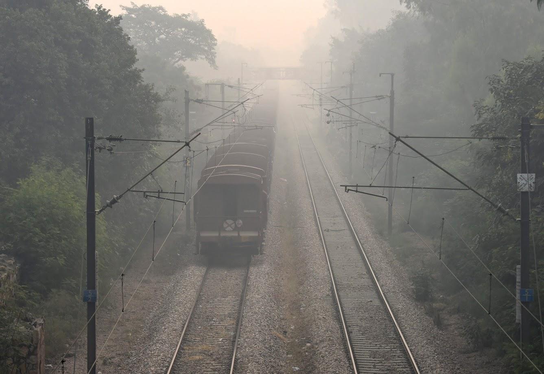 दीवाली के बाद प्रदूषण के 'गंभीर से अधिक आपातकालीन' श्रेणी में पहुंचने की आशंका के चलते केंद्रीय प्रदूषण नियंत्रण बोर्ड (सीपीसीबी) ने कहा था कि वह दिल्ली में खतरनाक प्रदूषण से निपटने के लिए दीवाली के बाद कृत्रिम बारिश कराने पर विचार कर रहा है. सीपीसीबी के अधिकारी ने कहा था कि वे मौसमी स्थितियों के स्थिर होने का इंतजार कर रहे हैं और उसके बाद कृत्रिम वर्षा के लिए 'क्लाउड सीडिंग' की जाएगी.