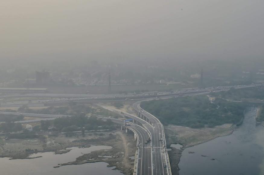 दीपावली के बाद से दिल्ली की आबोहवा और अधिक खराब हो गई है. एक्यूआई के आंकड़ों के अनुसार दिल्ली के लोधी रोड एरिया में पीएम 2.5 का स्तर बढ़कर 407 तक पहुंच गया जो कि 'भयावह' स्थिति को दर्शाता है. पीएम 10 का स्तर इस एरिया में 277 था.