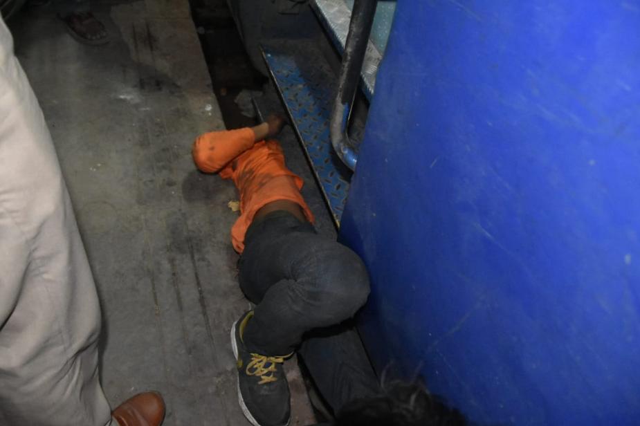 युवक के ट्रेन के बीच में फंसने की खबर आग की तरफ फैल गई और आनन-फानन में जीआरपी, आरपीएफ और रेलवे के अधिकारी मौके पर पहुंचे. युवक को बचाने का प्रयास किया.