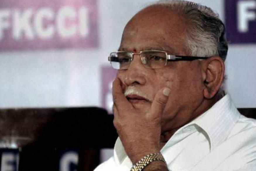 2009 में ही 28 अप्रैल को येदियुरप्पा (तत्कालीन कर्नाटक के मुख्यमंत्री) की ओर चप्पल फेंकी गई थी. तब वे हासन जिले में भाजपा की रैली में थे. चप्पल फेंकने वाले को गिरफ्तार भी किया गया था.