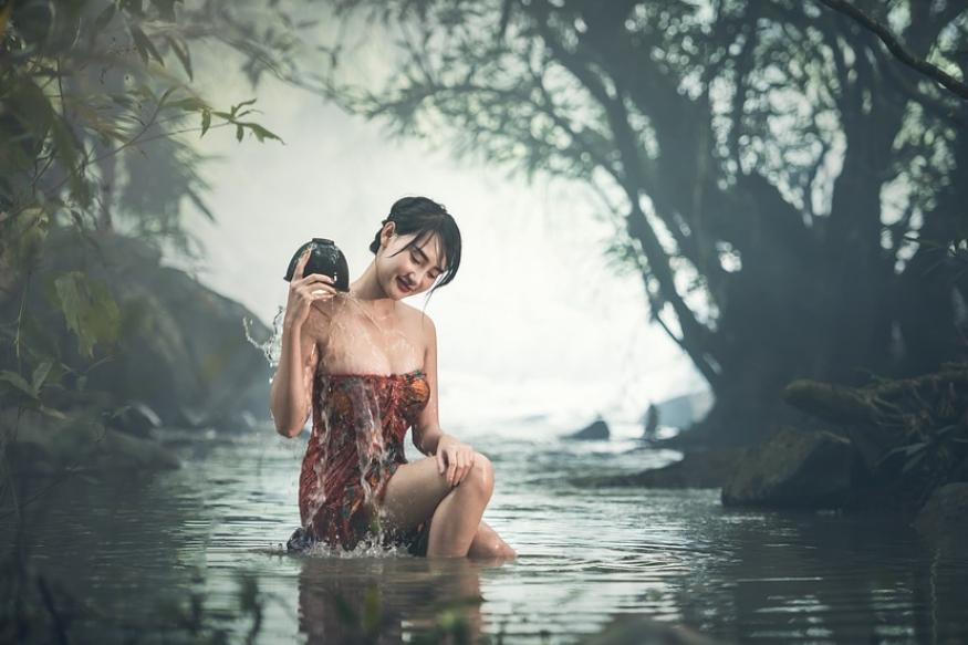 ठंडे-ठंडे पानी से नहाना चाहिए..ये गाना भले ही कितना भी मशहूर क्यों न हो लेकिन जनाब सर्दियों के दिनों में अगर आपने ठंडे पानी से नहाने की हिमाकत दिखाई तो आपकी तबियत काफी खराब हो सकती है. नहाते वक्त एकदम ठंडे पानी को सिर पर डालने से बचना चाहिए नहीं तो आपका स्वास्थ्य काफी खराब हो सकता है.