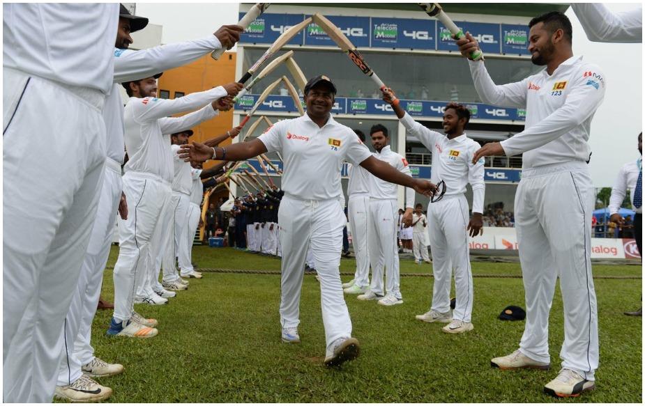 श्रीलंका के दिग्गज स्पिनर रंगना हेराथ ने 433 विकेटों के साथ अपने क्रिकेट करियर का अंत किया है. गॉल टेस्ट में इंग्लैंड की दूसरी पारी 322/6 पर घोषित होते ही रंगना के टेस्ट सफर का अंत हो गया. अब रंगना हेराथ बल्लेबाजी के लिए आखिरी बार मैदान पर उतरेंगे. गॉल टेस्ट में श्रीलंका को इंग्लैंड ने 462 रनों का विशाल लक्ष्य दिया है. अपनी आखिरी टेस्ट पारी में गेंदबाजी करते हुए हेराथ ने 56 रन देकर 2 विकेट लिए.