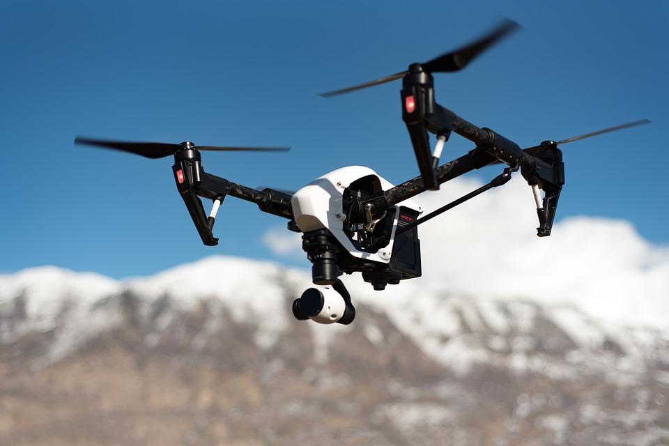 भारत में ड्रोन पर प्रतिबंध- 1. ड्रोन को मुंबई, दिल्ली, चेन्नई, कोलकाता, बेंगलुरु और हैदराबाद में हवाई अड्डे की परिधि के 5 किमी के भीतर और किसी भी अन्य हवाई अड्डे के परिधि से 3 किमी के भीतर नहीं उड़ाया जा सकता है.