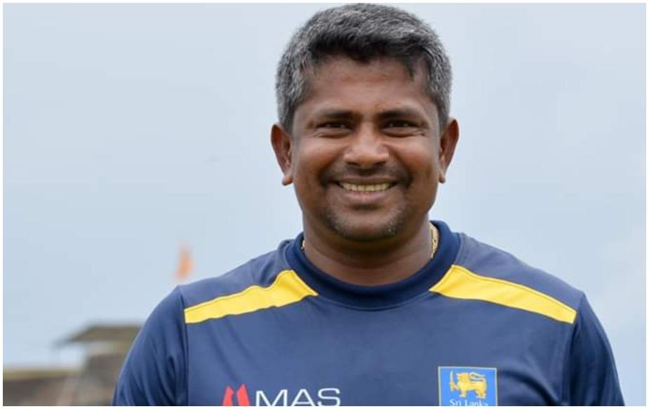 19 मार्च 1978 को वादुवावा के छोटे से गांव में जन्मे एक तेज गेंदबाज बनना चाहते थे लेकिन छोटे कद के कारण उनके कोच ने उन्हें स्पिनर बनने की सलाह दी. कोच की इस सलाह ने हेराथ का करियर बदल दिया. आपको बता दें हेराथ संपथ बैंक में एक क्लर्क के तौर पर काम करते थे. हालांकि अपने शानदार प्रदर्शन के दम पर आज वो श्रीलंका ही नहीं बल्कि सभी क्रिकेट फैंस के दिलों पर राज करते हैं.