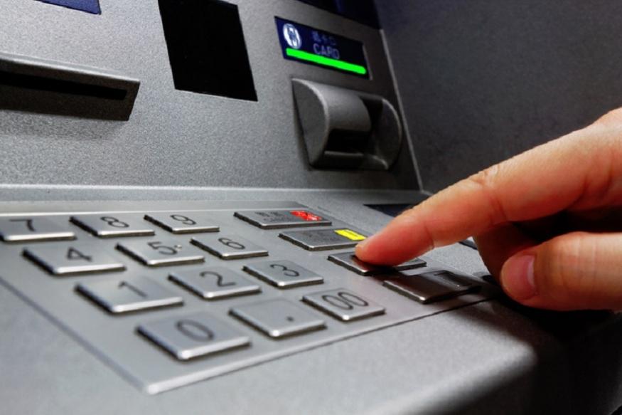 क्लर्क- किसी के डॉक्यूमेंट्स की प्रामाणिकता जांचकर उसके अकाउंट से पैसे देने में एक बैंक क्लर्क को जितना वक्त लगता है एक रोबोट उससे बहुत कम वक्त में ऐसा कर सकता है. इस पर ज्यादा दिमाग भिड़ाने की भी जरूरत नहीं है. आप इसे पर्ची से बैंक क्लर्क के पास जाकर पैसे निकालने और एटीएम से पैसे निकालने के अंतर के जरिए समझ सकते हैं. लेकिन इंसान और मशीन की क्षमता में यह अंतर लोगों पर आने वाले भविष्य में भारी पड़ सकता है क्योंकि मशीनों के चलते आने वाले सालों में 40 फीसदी क्लर्कों की नौकरियां जाने की उम्मीद कई सर्वे जता चुके हैं.