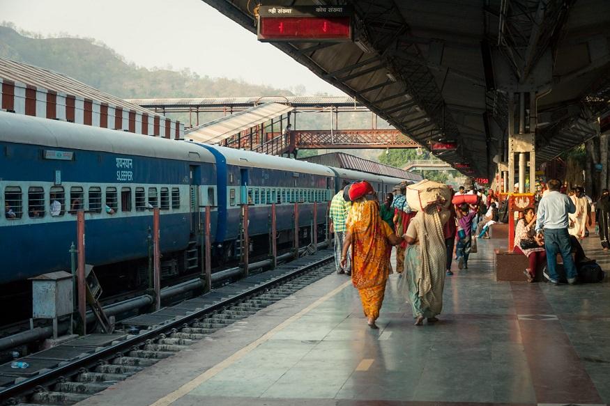 अगर ट्रेन टिकट खो जाए तो क्या करना होगा?-अगर आपने ई टिकट लिया है और ट्रेन में जाने के बाद आपको पता लगा कि टिकट खो गया है और आपके पास उसे लैपटॉप या आईपैड या मोबाइल पर दिखाने का ऑप्शन भी नहीं है तो आप टीटीई को 50 रुपए पेनल्टी देकर टिकट हासिल कर सकते हैं.