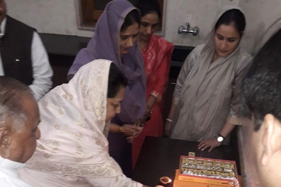 मुलायम दीपावली के दिन शाम को अचानक शिवपाल सिंह यादव के पीएसपी (लोहिया) कार्यालय पर पूजा करने पहुंच गए. हालांकि मुलायम सिंह यादव ने इस मौके पर मीडिया से राजनीतिक परिप्रेक्ष्य में कोई बातचीत नहीं की.