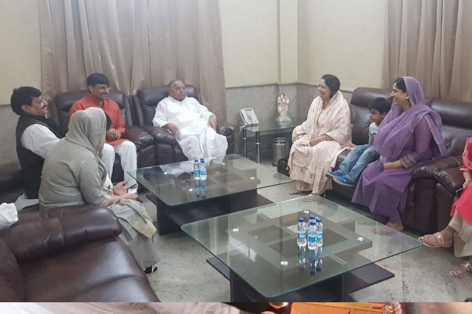उन्होंने दीपावली के लिए शुभकामना संदेश दिया. मुलायम सिंह ने इतना जरूर कहा कि शहर के मुकाबले गांव में दीपावली ज्यादा धूमधाम से मनाई जाती है. सरकारों को गांव के विकास का खास ख्याल रखना चाहिए.