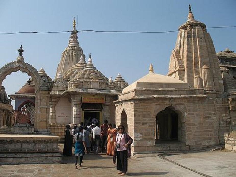 नागपुर में रामटेक है. इस स्थान को रामटेक इसलिए कहा जाता है क्योंकि यहां भगवान राम और उनकी पत्नी सीता के पवित्र चरणों का स्पर्श हुआ था. यहां की पहाड़ी के शिखर पर भगवान राम का मंदिर बना हुआ है, जो लगभग 600 साल पुराना माना जाता है. रामनवमी पर्व यहां बड़े धूमधाम से मनाया जाता है. संस्कृत कवि कालिदास के मेघदूतम में इस स्थान को रामगिरी कहा गया है. इसी स्थान पर उन्होंने मेघदूतम की रचना की थी. पहाड़ी पर कालिदास का समर्पित एक स्मारक भी बना हुआ है.