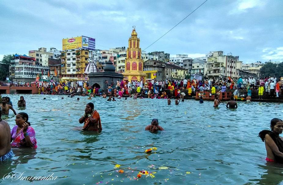 रामकुंड गोदावरी नदी पर स्थित है, जो असंख्य तीर्थयात्रियों को अपनी ओर आकर्षित करता है. यहां भक्त स्नान के लिए आते हैं. अस्थि विसर्जन के लिये यह कुंड एक पवित्र स्थान माना जाता है. यह माना जाता है कि जब भगवान श्री राम नासिक आए थे तो उन्होंने यही स्नान किया था. यह एक प्रसिद्ध धार्मिक स्थल है.