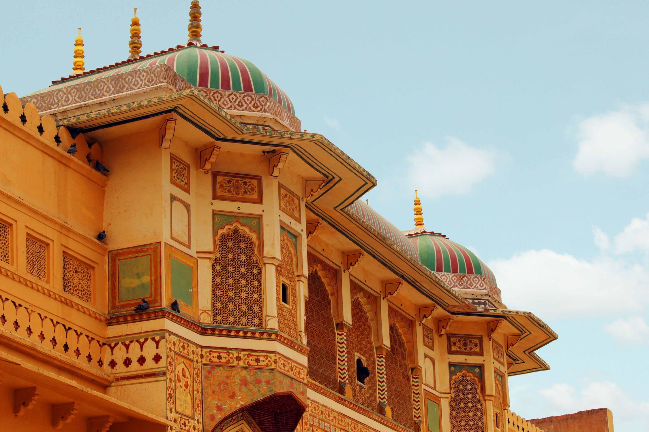 वैसे तो देश भर में बेशुमार पर्यटक स्थल हैं लेकिन इनमें राजस्थान की अपनी एक अलग छाप हैै. यहां राजसी ठाठ, ऊंट की सवारी और ऐतिहासिक इमारतें देखना एक अनूठा अनुभव हो सकता है.
