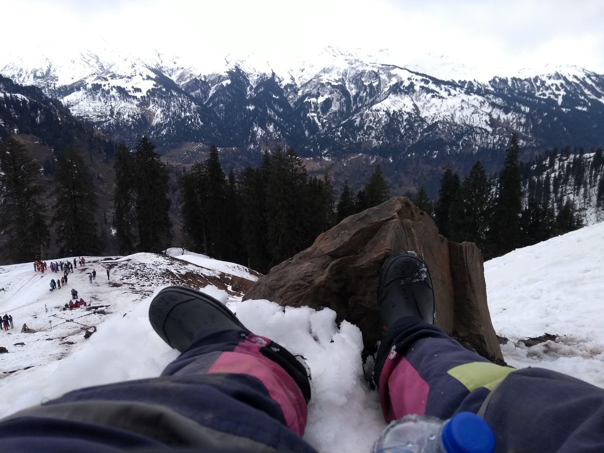 कुल्लू घाटी के प्रमुख पर्यटक स्थल मनाली में आकर हर कोई अपने आपको स्वर्ग में पाता है. पहाड़ों और देवदार के पेड़ प्राकृतिक सौंदर्य पर्यटकों को काफी लुभाती है. मनाली को रंगबिरंगे फूलों की घाटी भी कहा जाता है. बर्फ गिरने के कारण दिसंबर के महीने में यहां हरियाली दूर-दूर तक देखने को नहीं मिलती हैं.
