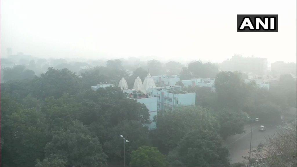 जबकि दिल्ली के आरके पुरम में एयर क्वालिटी इंडेक्स के अनुसार प्रदूषण का स्तर 278 था. जो कि सेहत के लिए काफी नुकसानदायक है. आनंद विहार एरिया में प्रदूषण का स्तर 533 रहा. श्रीनिवासपुरी एरिया में इसका स्तर 422 रिकॉर्ड किया गया. जो कि काफी 'खतरनाक' स्थिति है. दिल्ली के आनंद विहार एरिया में प्रदूषण का स्तर हमेशा काफी अधिक रहता है.