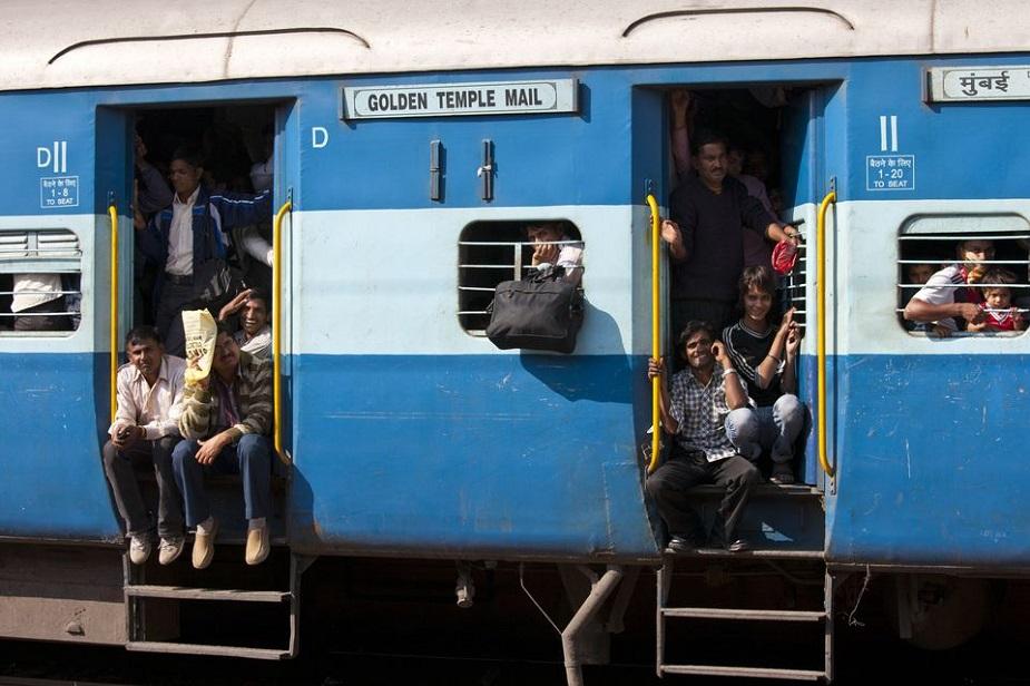 भारतीय रेल से सफर करने वाले यात्रियों के लिए अच्छी खबर है. नए साल में वेटिंग लिस्ट वाले यात्रियों को सीट खाली होने पर तुरंत टिकट मिल जाएगी. जनवरी से ट्रेन खुलने के बाद कैंसिल हुए टिकट की जानकारी टीटीई को चलती ट्रेन में मिल जाएगी. इसके लिए ट्रेनों में टीटीई को हैंड हेल्ड टर्मिनल दिए जाएंगे. जो खाली सीट होगी, वो फौरन ही वेटिंग टिकट वालों को मिल जाएगी. इससे वेटिंग लिस्ट वाले यात्रियों को सीट के लिए दो स्टेशनों तक इंतजार नहीं करना पड़ेगा.
