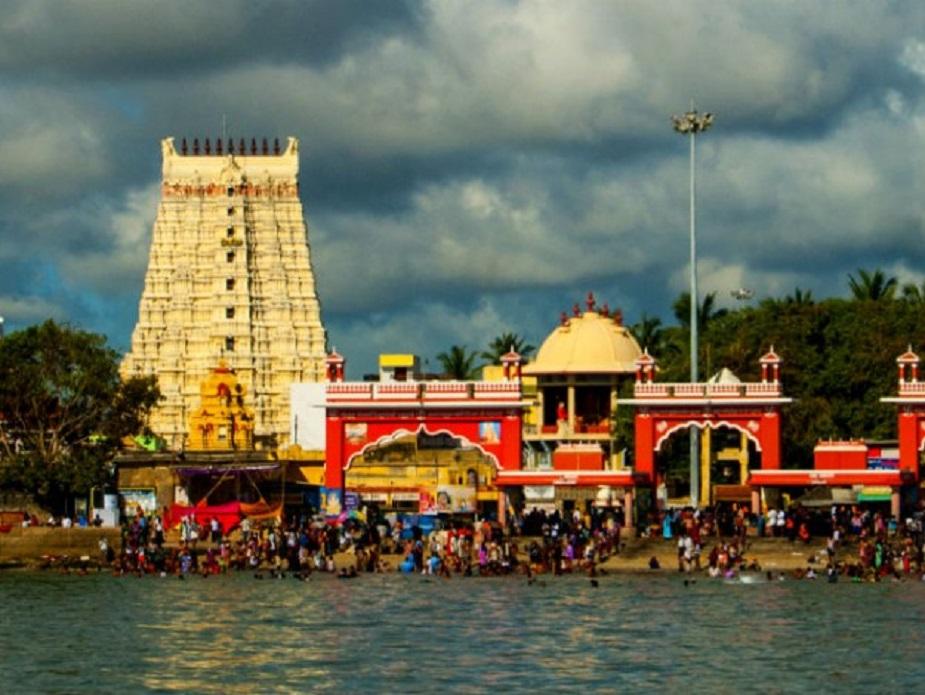 रामेश्वरम समुद्र तट एक शांत समुद्र तट है और यहां का छिछला पानी तैरने और सन बेदिंग के लिए आदर्श है. रामेश्वरम प्रसिद्ध हिन्दू तीर्थ केंद्र है. महाकाव्य रामायण के अनुसार भगवान श्रीराम ने लंका पर चढ़ाई करने के पहले यहां भगवान शिव की पूजा की थी. रामेश्वरम का शिवलिंग श्रीराम द्वारा स्थापित शिवलिंग है.