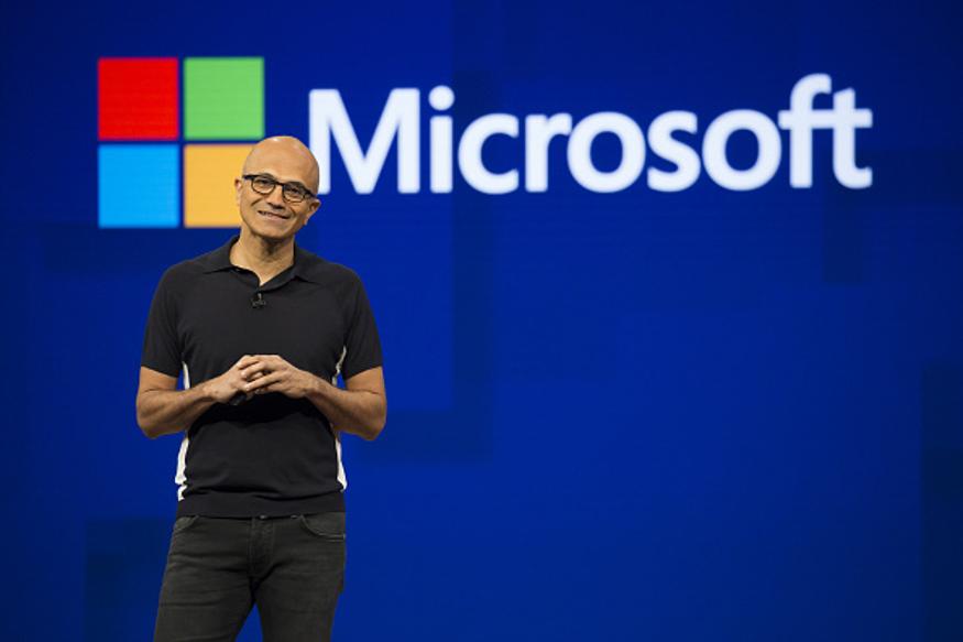 सिर्फ कुछ समय के लिए माइक्रोसॉफ्ट दुनिया की सबसे बड़ी कंपनी बनी, लेकिन अब दोनों के बीच नंबर-1 की जंग तेज हो गई है. पहली बार 2010 में एपल ने माइक्रोसॉफ्ट से नंबर-1 का ताज छीन कर दुनिया की नंबर-1 कंपनी बनी थी और तब से अब तक लगातार एपल टॉप पर है.