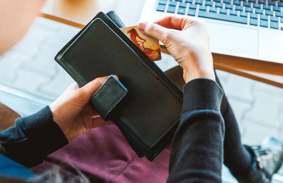 RBI ने मोबाइल वॉलेट यूजर्स को क्रेडिट वे डेबिट कार्ड यूजर्स की तरह की सुरक्षा मुहैया कराई जाने की भी बात कही है. अगर किसी यूजर को किसी भी मोबाइल वॉलेट के जरिए किसी भी तरह के फ्रॉड/लापरवाही/कमी का सामना करना पड़ता है तो 3 दिनों के भीतर रिपोर्ट करने पर कंपनी को पूरी राशि वापस करनी होगी.