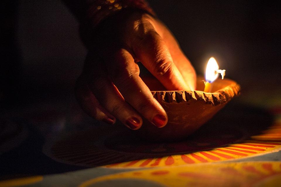 10. अक्टूबर में ही दीवाली के दौरान भी लम्बा वीकेंड है. 26 अक्टूबर शनिवार है 27 को रविवार है 28 को दीवाली है और 29 को भाई दूज. अगर आप घर नहीं जाना चाहते हैं तो अमृतसर के गोल्डन टेम्पल की दीवाली देख आइए नहीं तो वाराणसी की दीवाली भी देखने लायक होती है. टाइगर देखने का शौक है तो मध्य प्रदेश के बंधवगढ़ भी जा सकते हैं.