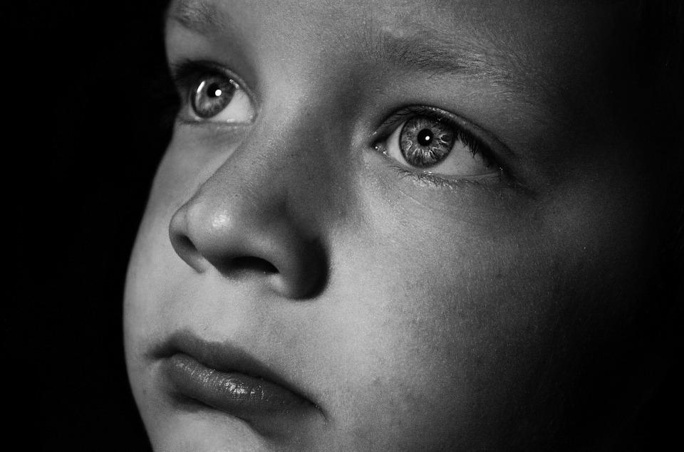 घर के बाहर बच्चे के साथ क्या हो रहा है इसपर आपको नज़र रखनी चाहिए. अपने बच्चे से पूछें और हो सके तो उसके दोस्तों से भी अपने बच्चे के बारे में पूछते रहें. अगर बच्चे से कभी कुछ गलती हुई है तो उसे डाट ना लगाएं बल्कि प्यार से पेश आएं, अन्यथा बच्चे आपसे बातें छुपाने लगते हैं.