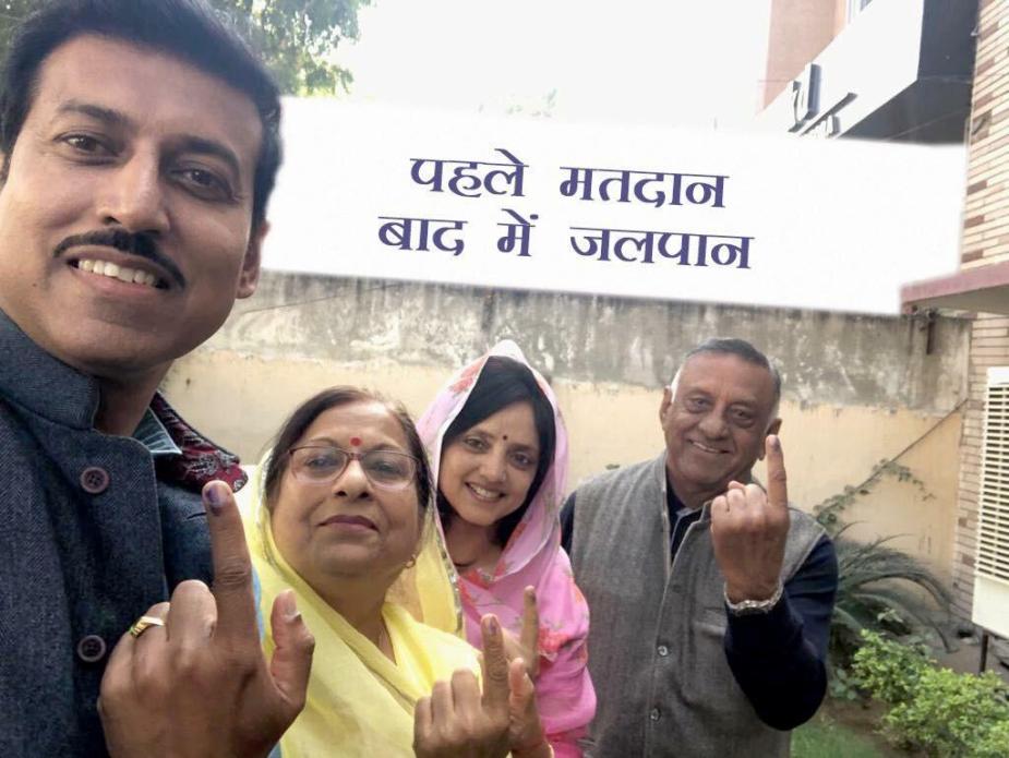 जयपुर ग्रामीण सीट से लोकसभा सांसद औऱ केंद्रीय राज्य मंत्री राज्यवर्धन सिंह राठौर वोट डालने के बाद.