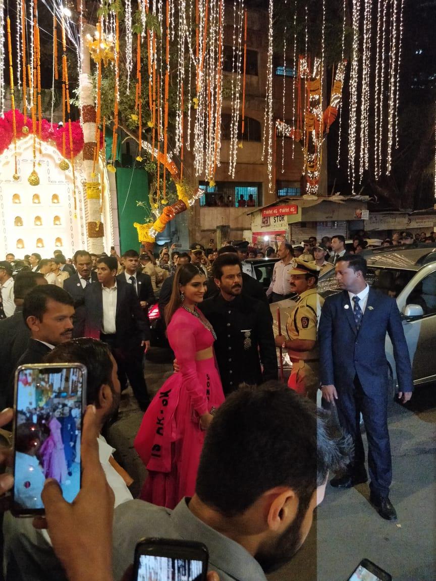 અભિનેતા અનિલ કપૂર તેમની પુત્રી અને અને અભિનેત્રી સોનમ કપૂર સાથે જોડાયા હતા.