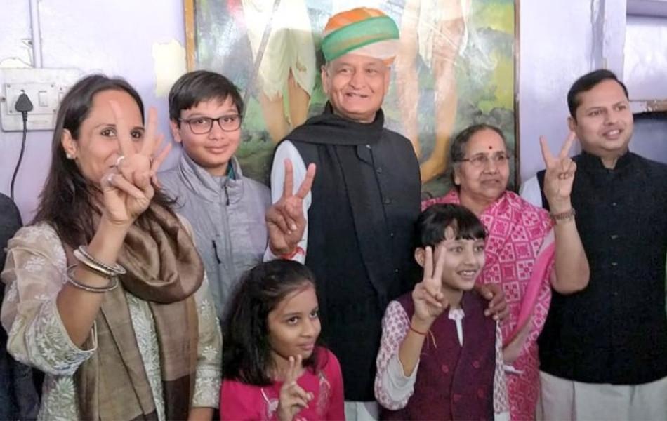 जोधपुर में मतदान करने के बाद अपने परिवार के साथ पूर्व सीएम अशोक गहलोत.