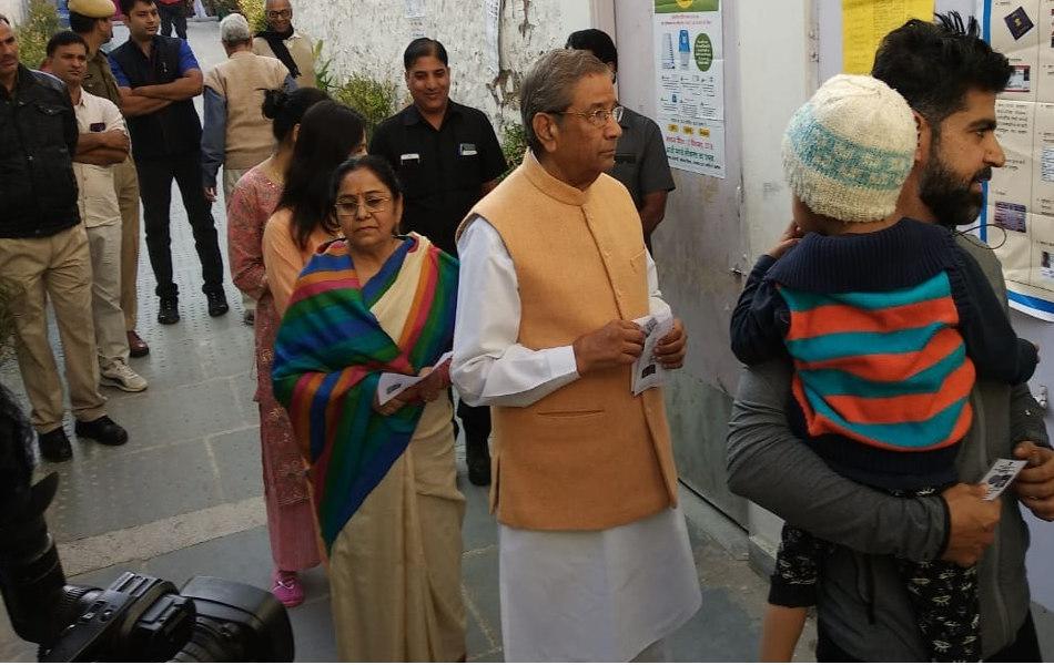 भारत वाहिनी पार्टी के प्रदेशाध्यक्ष और सांगानेर विधानसभा क्षेत्र से पार्टी के प्रत्याशी घनश्याम तिवाड़ी मतदान केन्द्र पर अपनी बारी का इंतजार करते हुए.