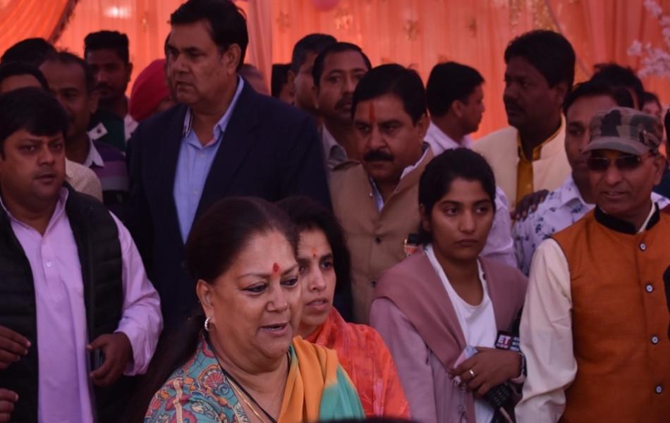 मतदान के बाद राजे लोगों से मिली. इस दौरान राजे आत्मविश्वास से लबरेज दिखीं. राजे ने विकास कार्यों के बूते पुन: सत्ता में आने का दावा किया.