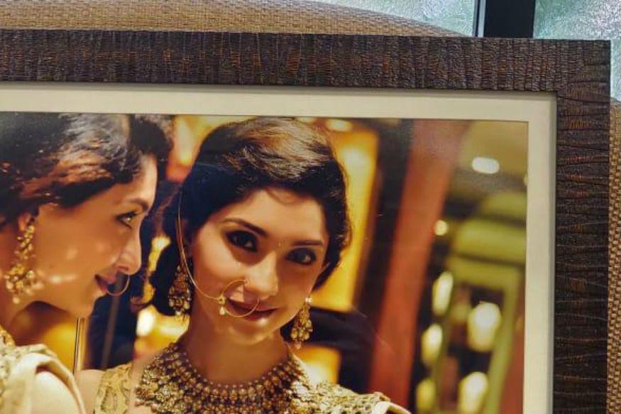 तन्वी अपनी शादी की तैयारी में लगी हुईं हैं. फिलहाल वो अपनी शादी के लिए खरीदारी करने में व्यस्त हैं. तन्वी की कुछ तस्वीरें सोशल मीडिया पर वायरल हो रही हैं जिनमें वो गहनों की खरीदारी करती हुईं नजर आ रही हैं. बता दें कि कुछ हाल ही में तन्वी ने हर्ष के साथ अपनी शादी की घोषणा की थी.
