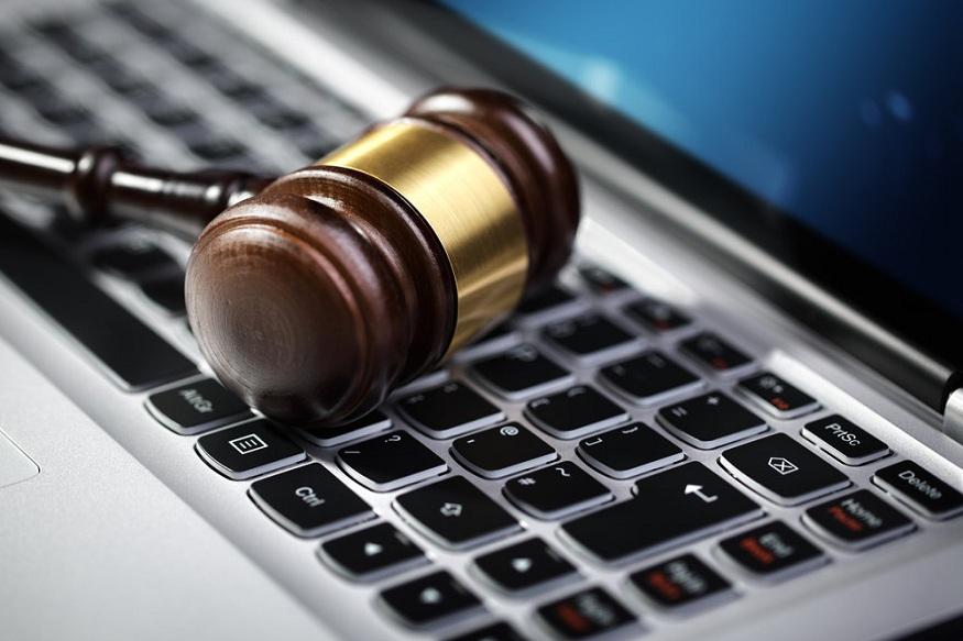 मोदी सरकार ने फेक न्यूज़, अफवाह और ऑनलाइन ठगी के मामलों से निपटने के लिए आईटी एक्ट-2011 में संशोधन करने की तैयारी पूरी कर ली है. संशोधित कानून की धारा-79 में कई ऐसे बदलाव किए जा रहे हैं जिनके बारे में जान लेना बेहद ज़रूरी है. बदलाव वाला एक ड्राफ्ट आईटी मंत्रालय की वेबसाइट पर भी जारी किया गया है जिस पर एक्सपर्ट, आईटी प्रोफेशनल समेत जनता से 15 जनवरी तक राय मांगी गई है.