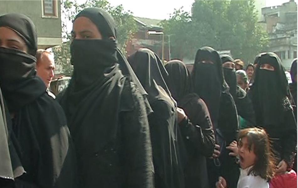 <strong>जागरुकता:</strong> राजस्थान में पोलिंग के मामले में हर बार मुस्लिम समाज महिलाओं द्वारा मतदान में कम दिलचस्पी दिखाने की वजह से पिछड़ जाता था. लेकिन इस बार बड़ी तादाद में मुस्लिम महिलाएं मतदान के लिए पहुंची. जयपुर के एक पोलिंग बूथ पर लगी मुस्लिम महिलाओं की कतार.