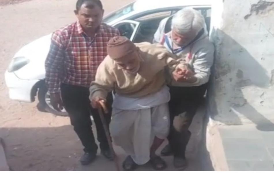 <strong>यह है लोकतंत्र की मजबूती:</strong> जोधपुर में एक मतदान केन्द्र पर मतदान के लिए आते 108 वर्षीय बुजुर्ग.