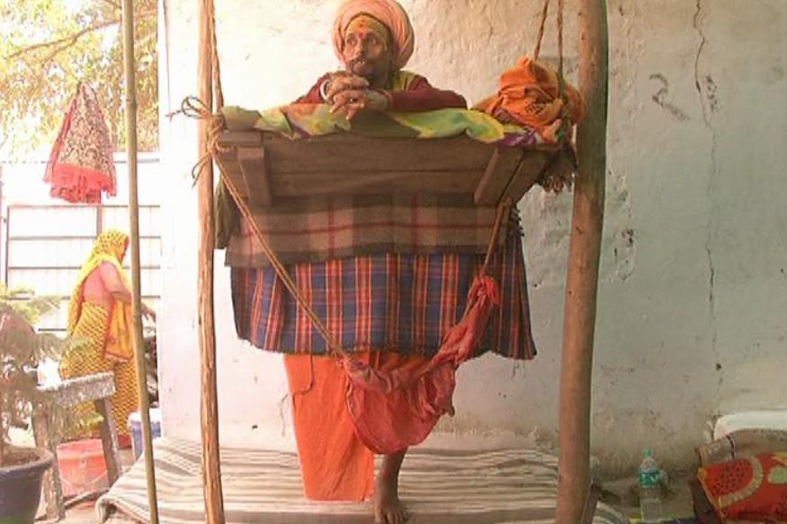 संगम के शहर प्रयागराज में लगने जा रहे कुंभ मेले में पहुंच रहे कई साधू-संत लोगों के बीच ख़ास आकर्षण और कौतूहल का केंद्र बने हुए हैं. अयोध्या में भव्य राम मंदिर निर्माण के लिए पिछले कई सालों से लगातार एक पैरों पर खड़े खड़ेश्वरी बाबा भी इन्हीं में से एक हैं. खड़ेश्वरी बाबा पिछले चार सालों में एक पल के लिए भी न तो बैठे हैं और न ही लेटे हैं और पूरे वक्त सिर्फ एक पैर पर ही खड़े रहते हैं.