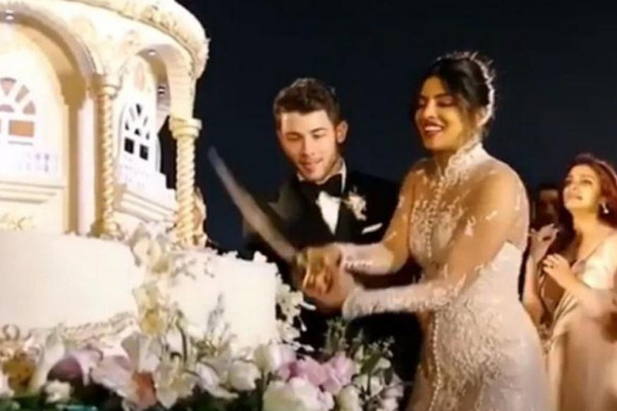 निक जोनास नेअपनी शादी का केक बनाने के लिए दुबई और कुवैत से खास शेफ को बुलाया था. इस केक को काटने के लिए निक और प्रियंका ने तलवार नुमा चाकू की मदद ली.