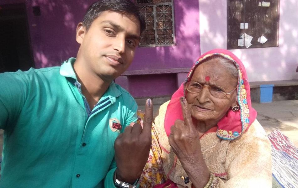<strong>लोकतंत्र की मजबूती की सीख:</strong> प्रतापगढ़ में एक परिवार की दो पीढ़ियों ने एक साथ मतदान कर दी लोकतंत्र की मजबूती की सीख.