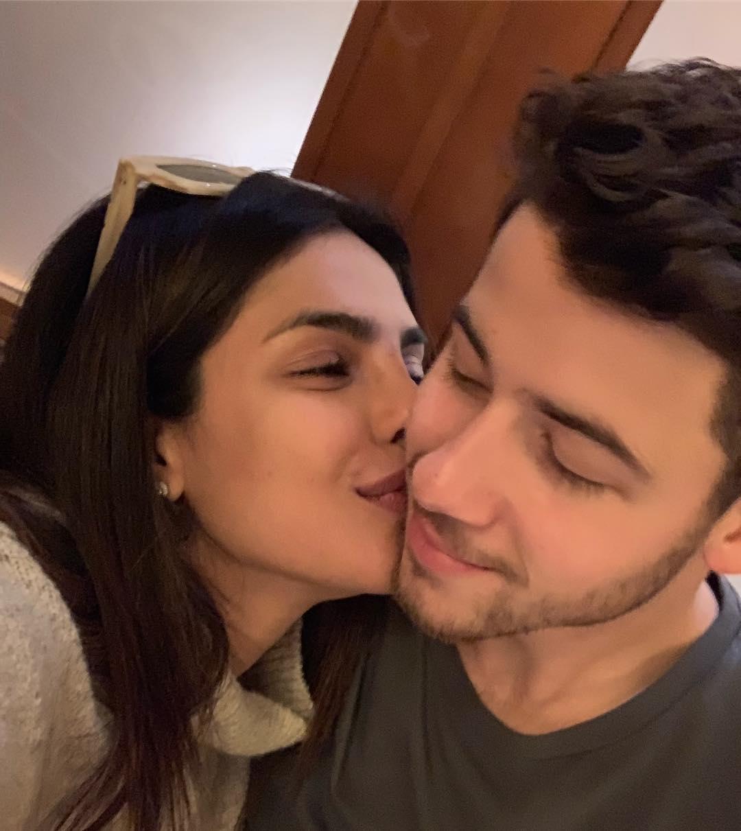 ये तस्वीर शेयर करते हुए प्रियंका ने लिखा, ग्रह के सबसे स्टाइलिश शख्स को किस करते हुए बेहद सम्मानित महसूस कर रही हूं.