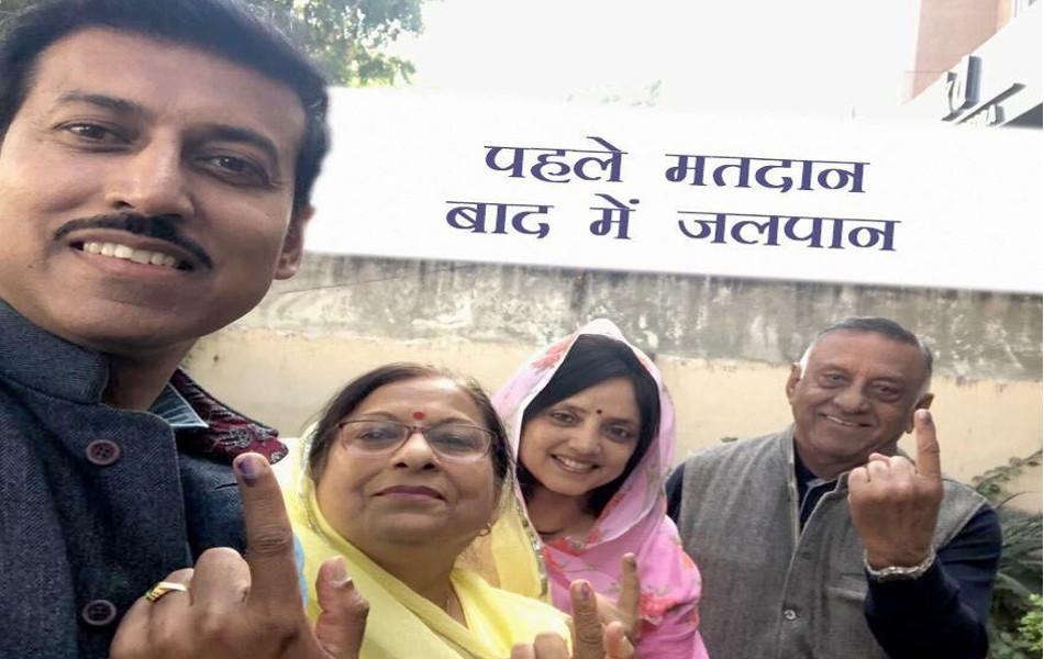 जयपुर में मतदान करने के बाद अपने परिवार के साथ केन्द्रीय मंत्री राज्यवर्धन सिंह राठौड़.