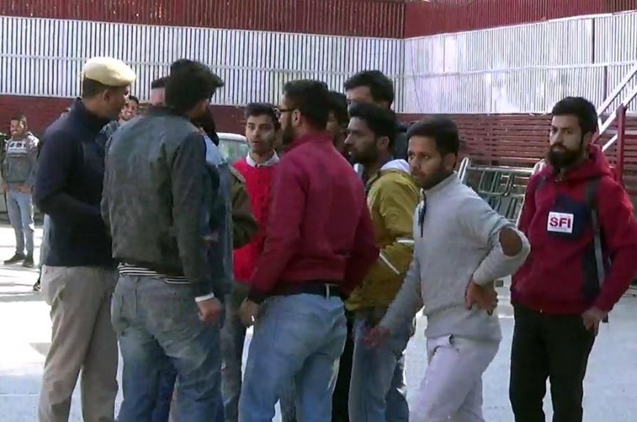 पुलिस कुछ छात्रों को हिरासत में लेकर मामले की छानबीन में जुट गई है.