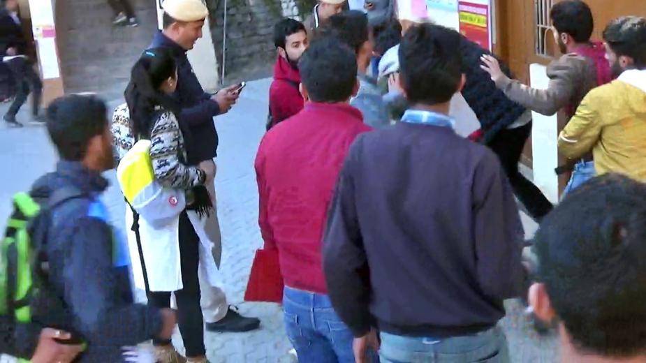 हिमाचल प्रदेश की राजधानी शिमला के नामी संजौली कॉलेज में एक बार फिर से 2 छात्र गुट भिड़ गए.इस बार भी एबीवीपी और SFI कार्यकर्ताओं के बीच मारपीट हुई.