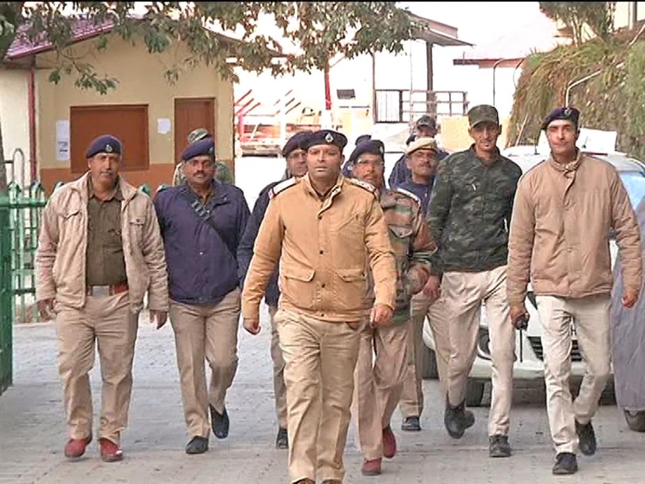 छात्रों के बीच हंगामा बढ़ता देख मौके पर अतिरिक्त पुलिसबल के साथ QRT के जवानों को भी बुलाना पड़ा.