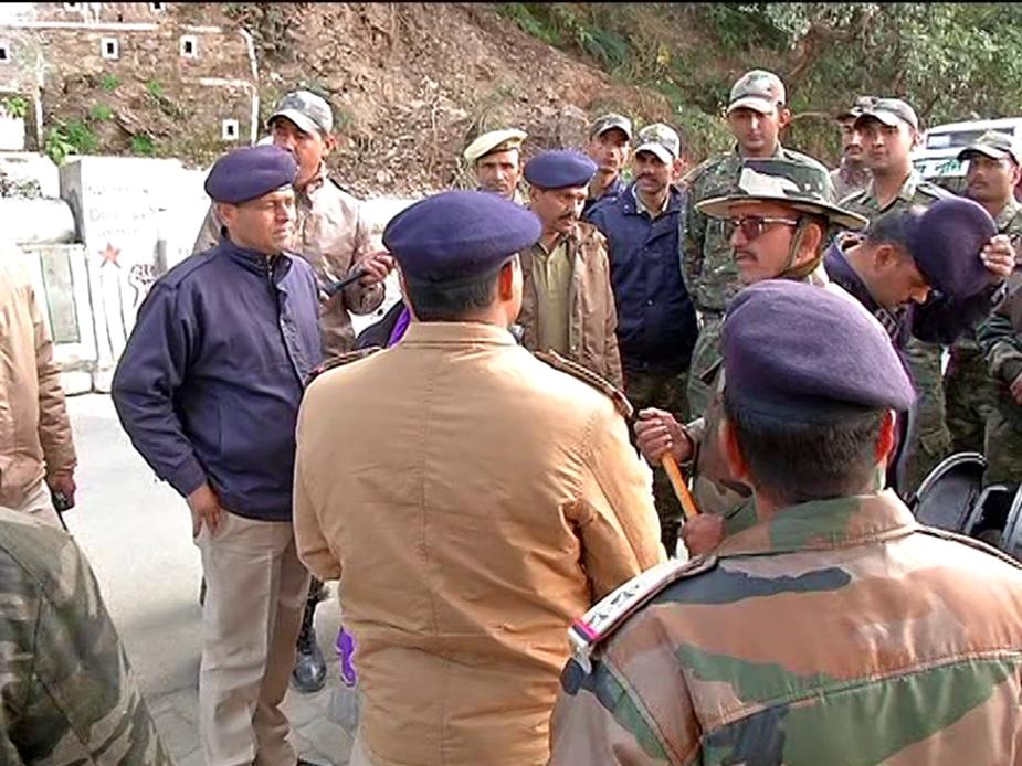 कॉलेज के मुख्य गेट पर ताला लगा दिया गया और दूसरे गेट पर पुलिसकर्मियों को तैनात किया गया है.