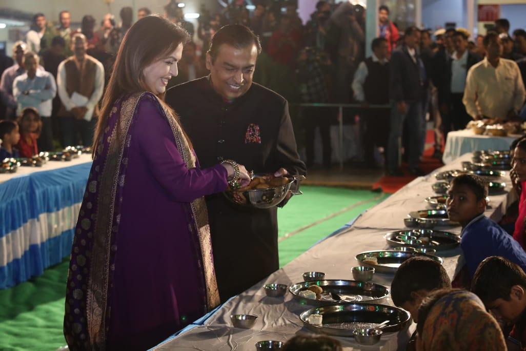 बता दें ईशा की शादी से पहले अंबानी परिवार की तरफ से गरीबों की 'अन्न सेवा' की जा रही है. जिसमें 7 से 10 दिसंबर तक गरीबों को दिन में तीन बार खाना खिलाया जाएगा. अन्न सेवा उदयपुर के नारायण सेवा संस्थान में आयोजित की गई है, जिसमें करीब 5100 गरीबों को खाना खिलाया जाएगा.